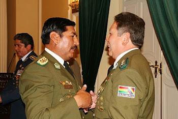 haciendo de tripas corazón el General Nina abrazó a su colega y subalterno Farfán