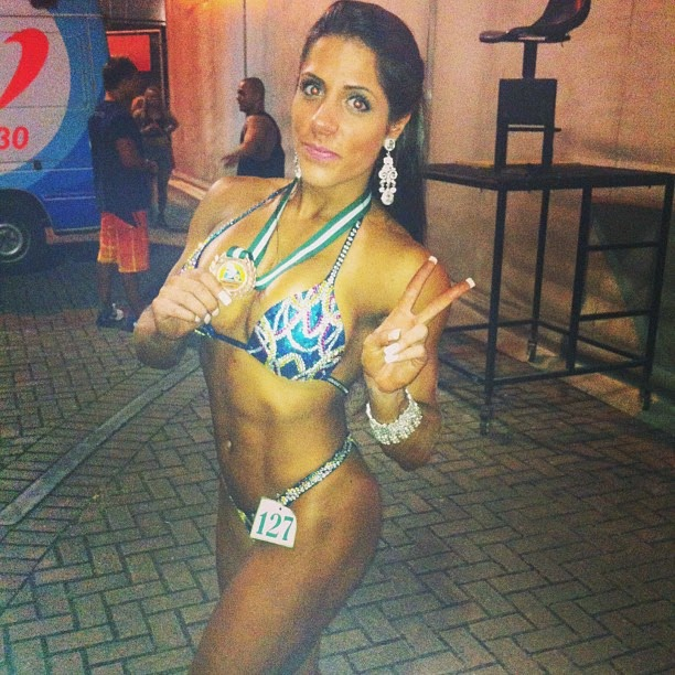 Nathalia Santoro mostra medalha conquistada no 44º Campeonato Brasileiro de Fisiculturismo e Fitness IFBB. Foto: Arquivo pessoal
