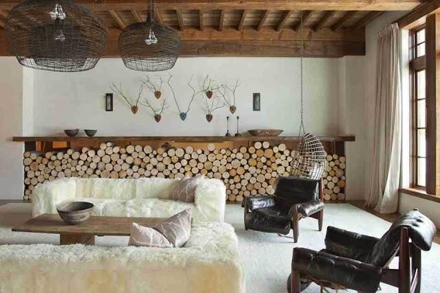 Ciekawa aranżacja salonu z dekoracją z polan drewna