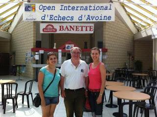 Jean-Louis Salvaing entouré des grands-maîtres ukrainiennes Evgeniya Doluhanova et Tatiana Kostiuk © Chess & Strategy