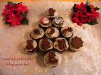 Meggyes kakaós muffin karácsonyra, marcipán ízű cukormázzal bevonva, karácsonyi csokoládé díszekkel a tetején.
