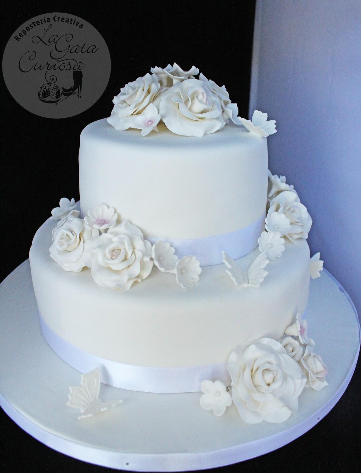 tarta fondant blanca con flores para una boda