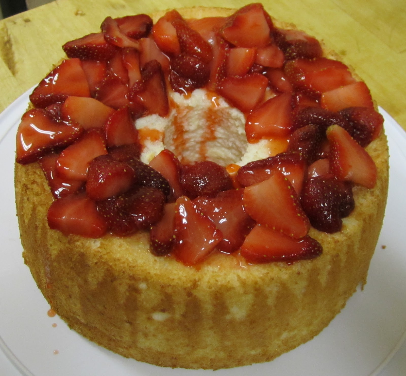 Sugar-Coated Delights: Angel Food Cake with Vanilla Strawberries