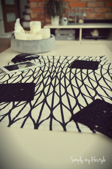 bieżnik ozdoba stołu czarno białe świece beton