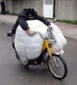 Najsmešnije slike prevoz robe na moped