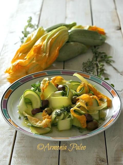 Nastri di Zucchine con Fiori di Zucca e Olive di Armonia Paleo