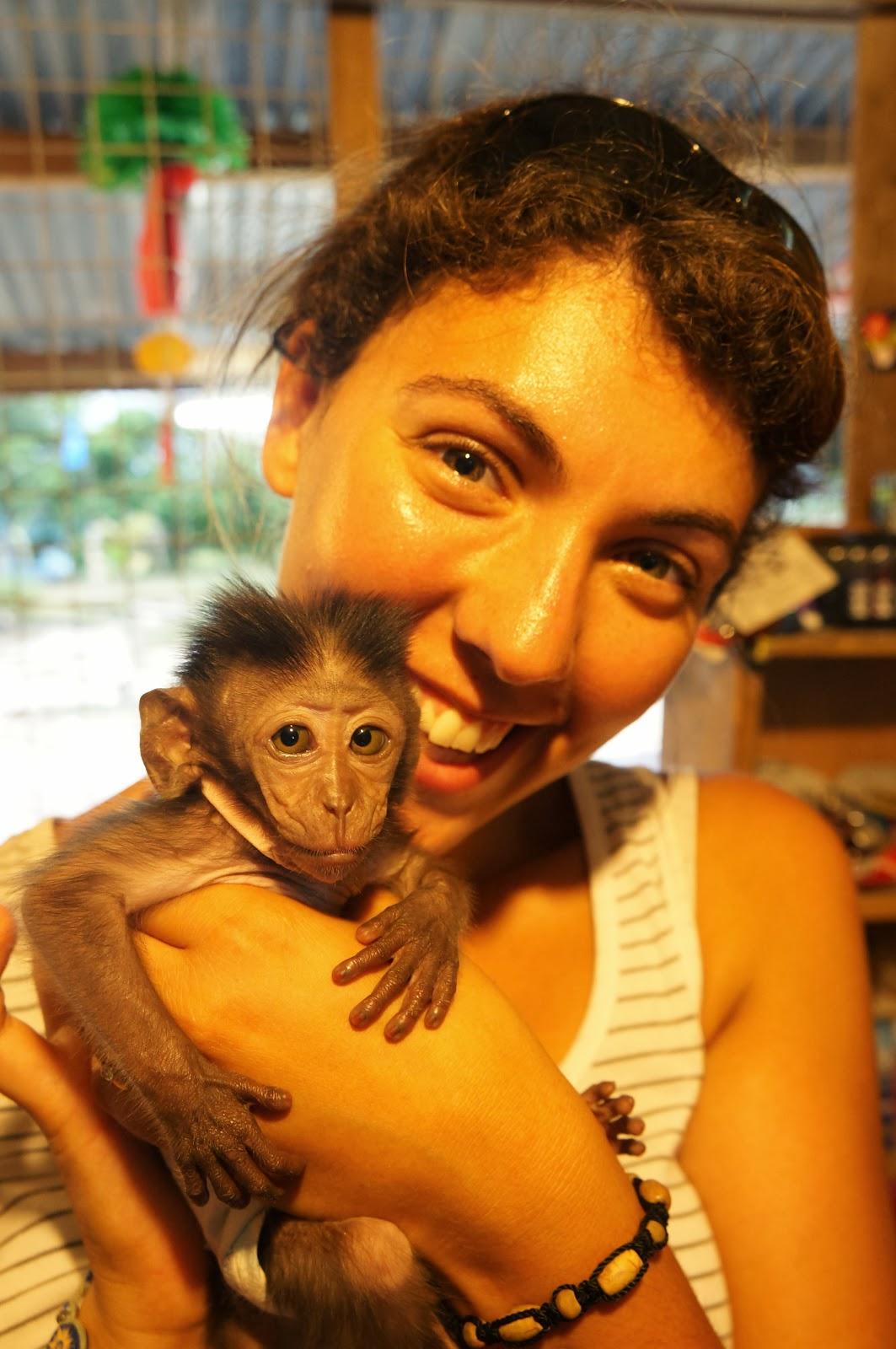 Charlène et Niko, le bébé singe du lac Chini!