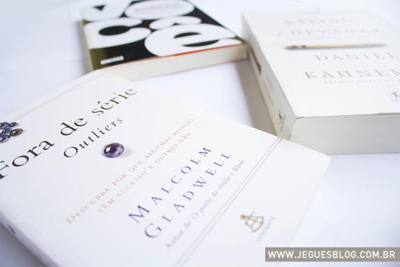 """Livros """"Escolha você"""" de James Altucher, """"Rápido de Devagar"""" de Daniel Kahneman e """"Fora de Série - Outliers"""" de Malcolm Gladwell - © Fotografia por Jéssica Guedes"""