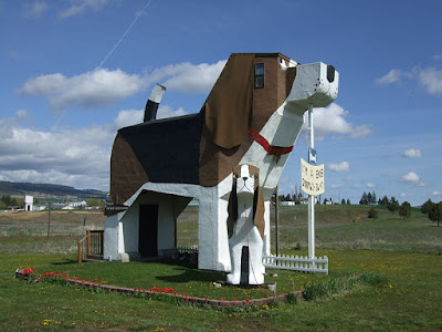 https://en.wikipedia.org/wiki/Dog_Bark_Park_Inn#/media/File:Toby_and_Sweet_Willie_Dog_Bark_Park_Inn.JPG