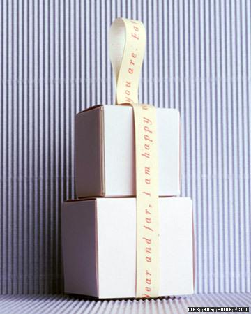 Dos cajas blancas con cinta