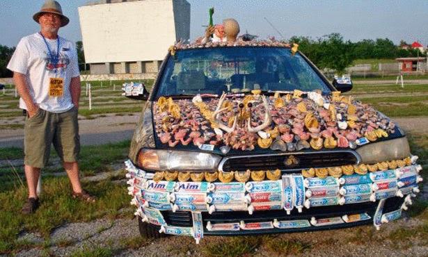 امريكي يغطي سيارته بالكامل باطقم الاسنان!