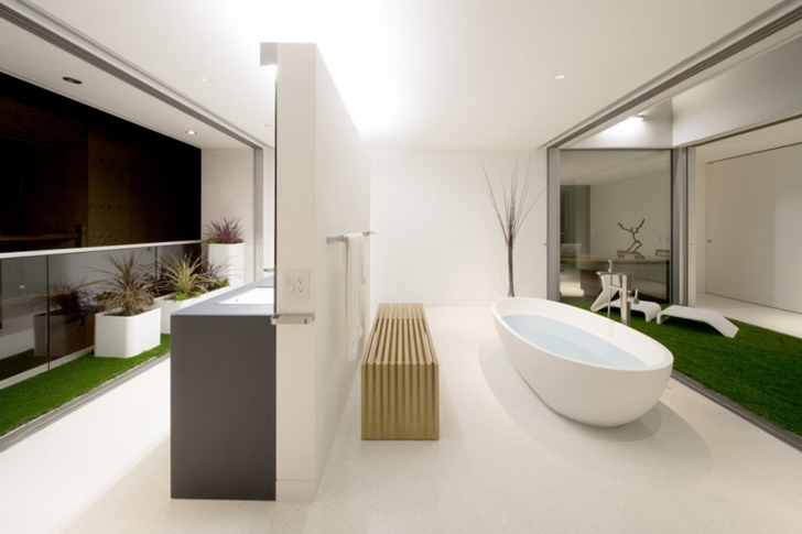 Bathroom in Modern mansion on the beach by Dan Brunn