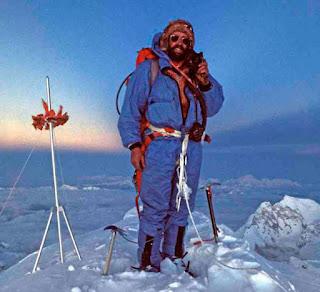 Doug Scott en la cima del Everest. Primera foto del tripode chino