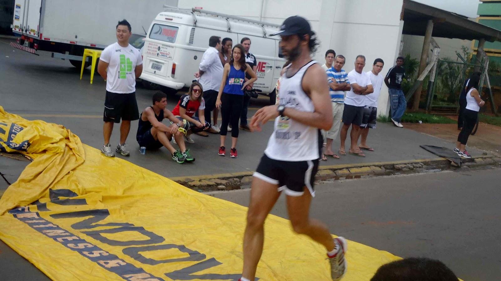Foto 132 da 1ª Corrida Av. dos Coqueiros em Barretos-SP 14/04/2013 – Atletas cruzando a linha de chegada