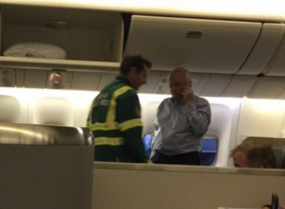 Seorang demi seorang penumpang jatuh sakit dan pengsan di penerbangan AA109 American Airlines