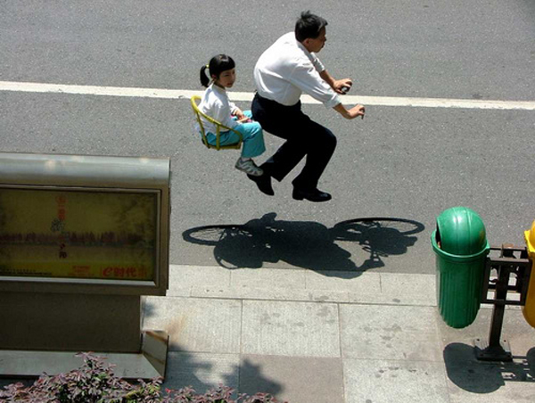 Chineses andam em bicicleta invisível