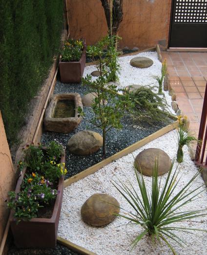 Xerojardiner a jardines con bajo consumo de agua for Jardines pequenos con piedras blancas