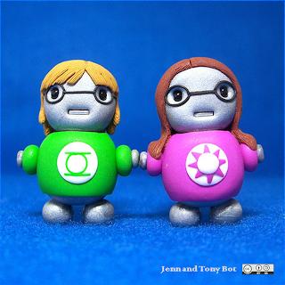 muñequitos vestidos con camisetas que llevan logos de superhéroes, pequeños nerds de juguete