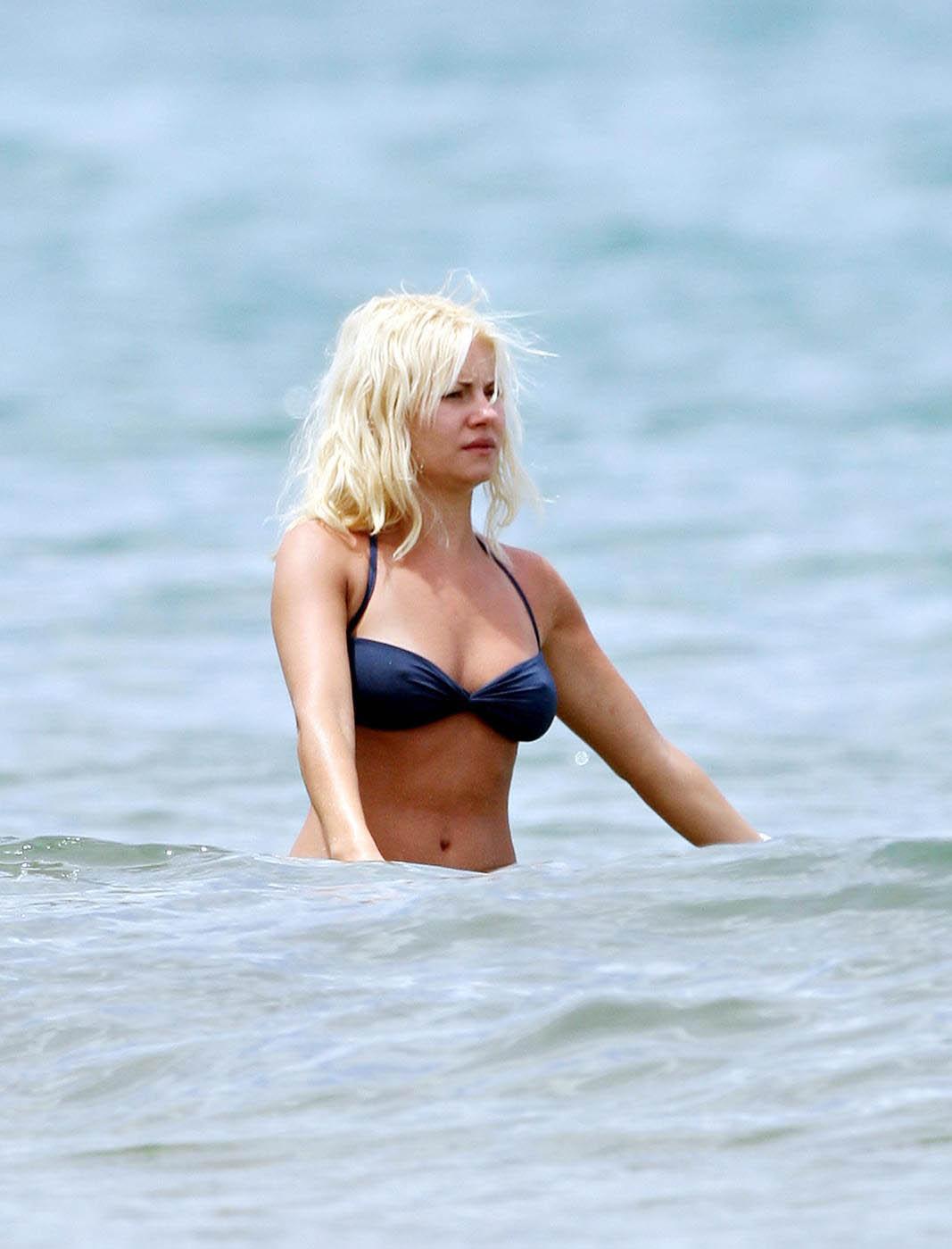 wallpapershdsize: Exclusive Elisha Cuthbert Bikini Pictures
