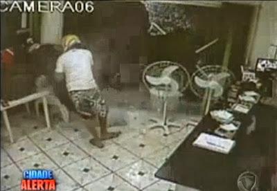 Policia mata assaltante numa pizzaria no Brasil