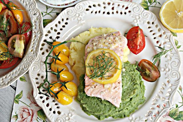 Łosoś z cytryną na puree z brokuła i ziemniaków.