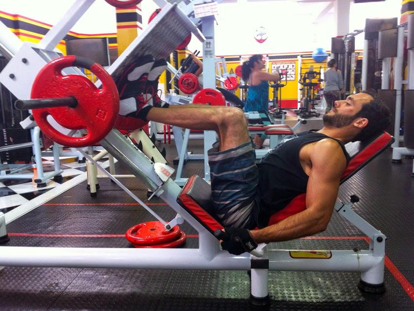 Matheus Guedes se exercita no Leg Press 45 Graus. Foto: Arquivo pessoal / Universal Gym Fitness