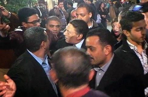 مصر: شاهد ماذا فعل عادل إمام مع شاب حاول التقاط «سيلفى» معه بعزاء نادر جلال