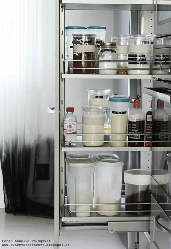 skafferi, kök, glasburkar, burkar, nytt kök, köksskåp, fördelar, utdragbara skåpsluckor, hth kök, hth varberg, grått, svart och vitt, skafferidel, skafferiet,