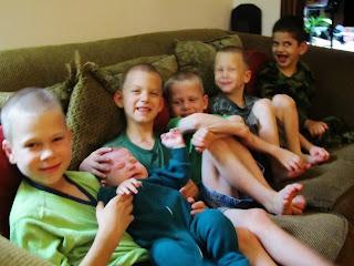 Los niños de la familia Musser en su casa.