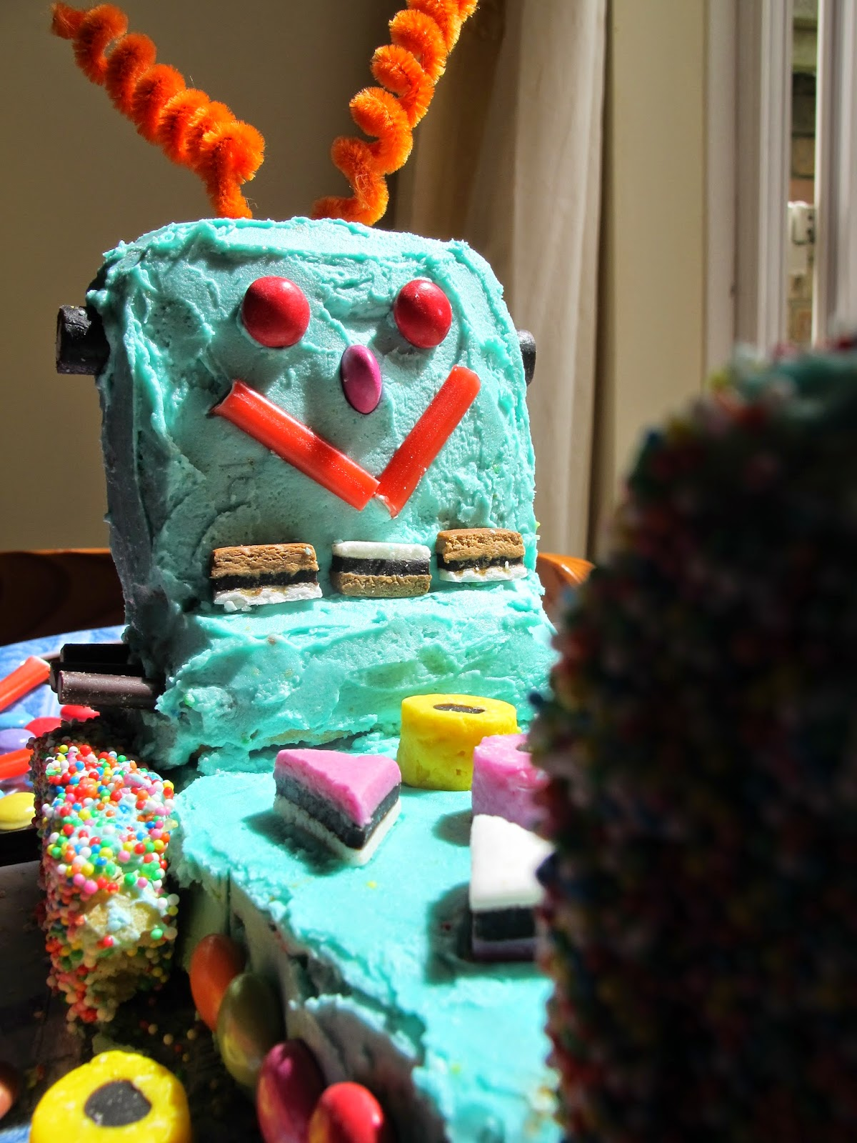 What Laura Made: Women\'s Weekly Kids Birthday Cookbook - Robot Cake