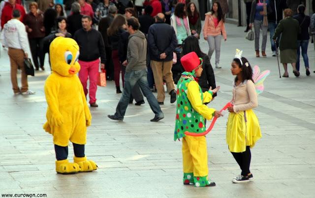 Payasos vendiendo globos en la calle Príncipe de Vigo
