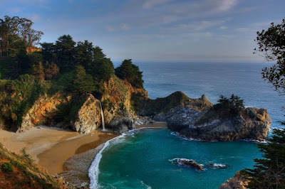 Playa con cascada - California