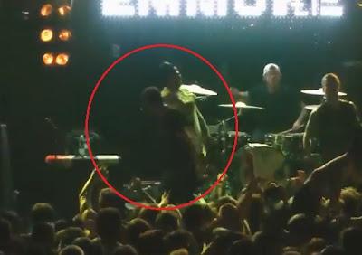 cantante de rock se electrocuta en vivo