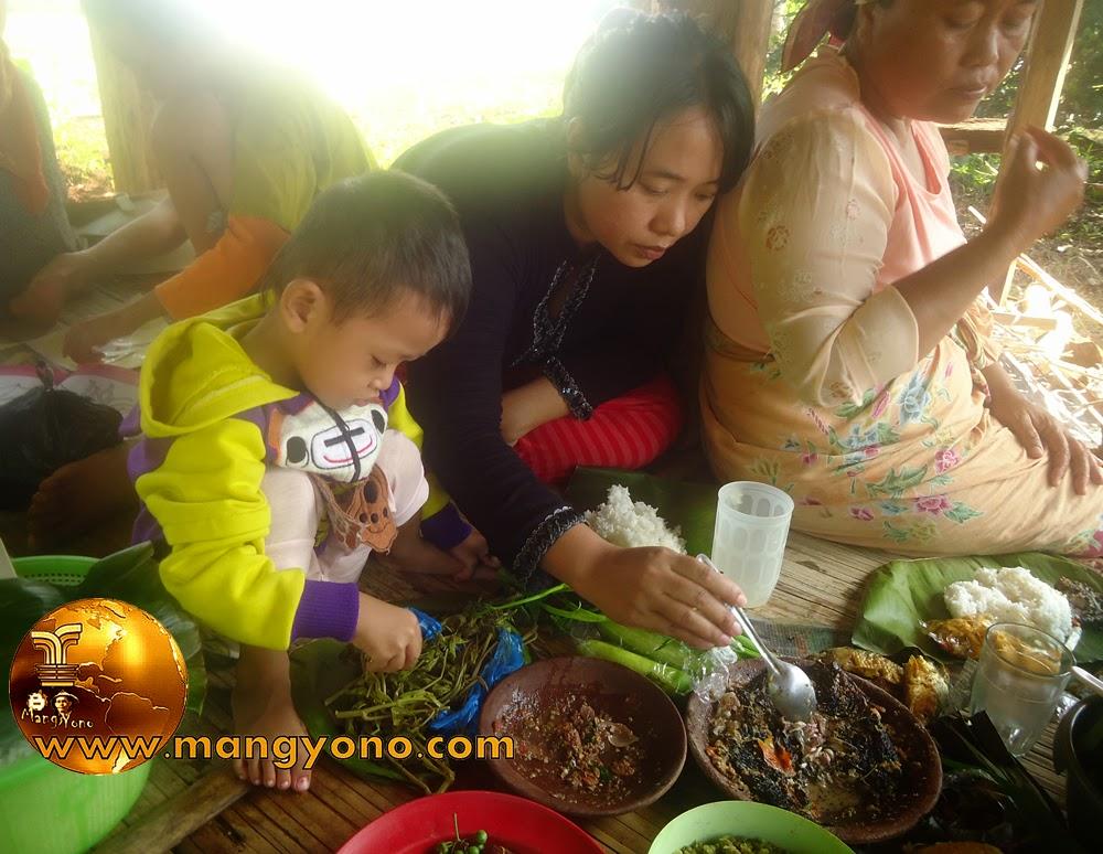 FOTO : Walau ikan, lalapan, sambal seadanya tapi tersa nikmat kalau bersama keluarga.