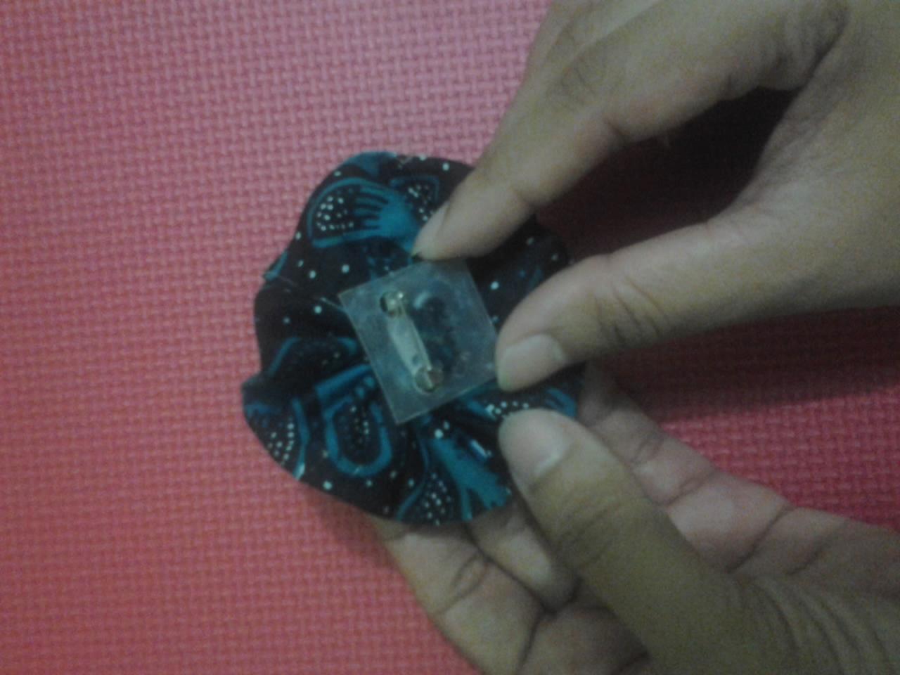 Kemudian lem bagian bawah tersebut dan lekatkan pin/peniti penjepit
