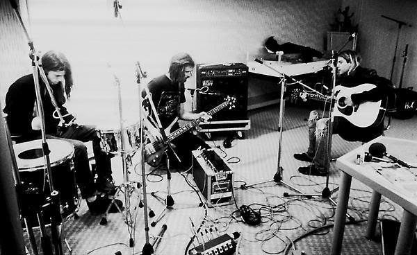 Nirvana kurt cobain chris novoselic dave grohl guitar drums amps amp head drum kit bass