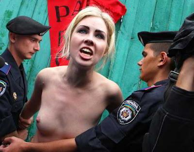 Фото Укринформ: активистку FEMEN задерживают