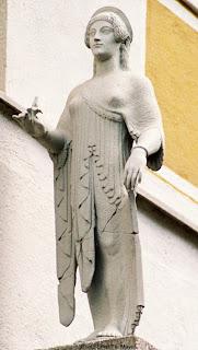 Bild 1: Orginalabguß eines von Bertel Thorvaldsen ergänzten Mädchens aus dem Firstakroter des Aphaia-Tempels von Ägina. Die Rechte am Bild liegen bei Dr. Ernst Theodor Mayer, München.