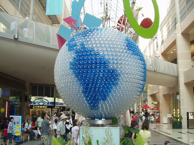Globo terrestre de garrafas plásticas usadas