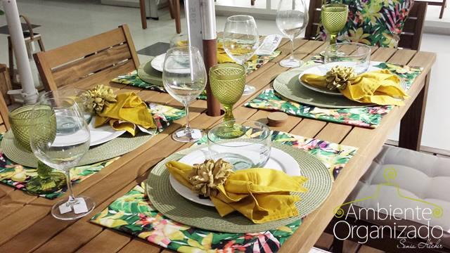 Mesa com decoração amarela e floral Tok & Stok
