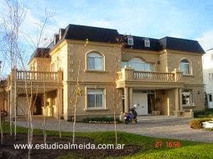 Fachadas de una residencia moderna con estilo clásico en Argentina