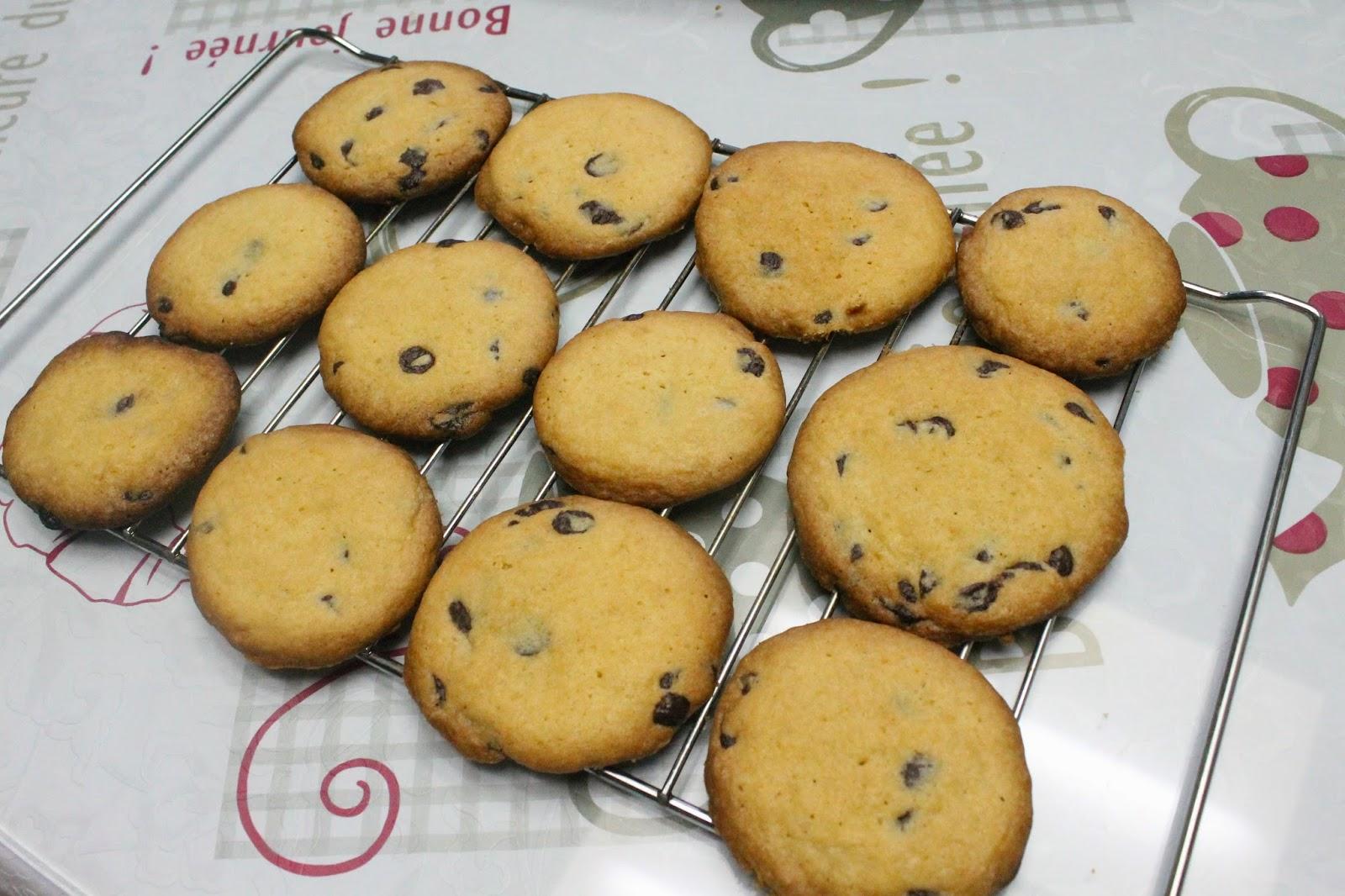 Food: Bake, 'Cause You're on Break! (baking chocolate-chip cookies)