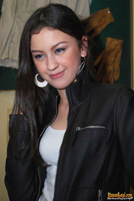 Kecantikan Kimberly Ryder Berbalut Jaket Hitam - Ada Yang Asik