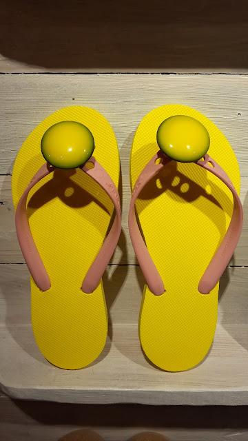 Modèle classique semelles jaune, lanières roses et bijoux fantaisie, My Tatane, les tongs 100 % personnalisables, 100 % Made in France.