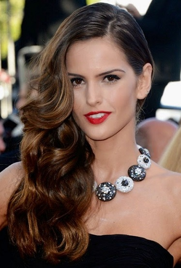 Mujer estilo y belleza pelo ondulado largo para fiesta - Peinados de fiesta cabello largo ...