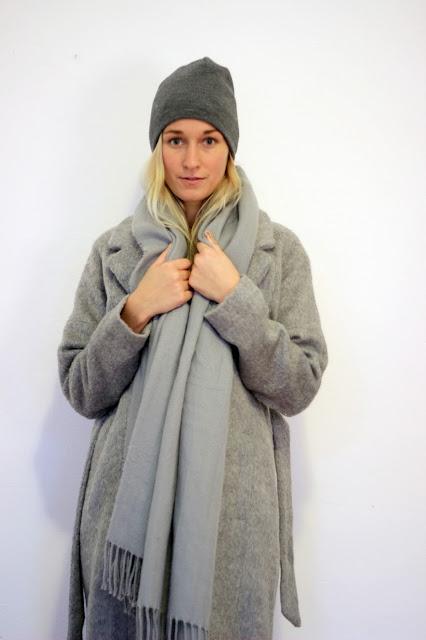 Grauer Wollmantel Outfit von Modeblogger