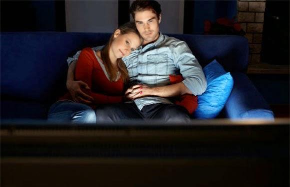 filme com a namorada agarradinho