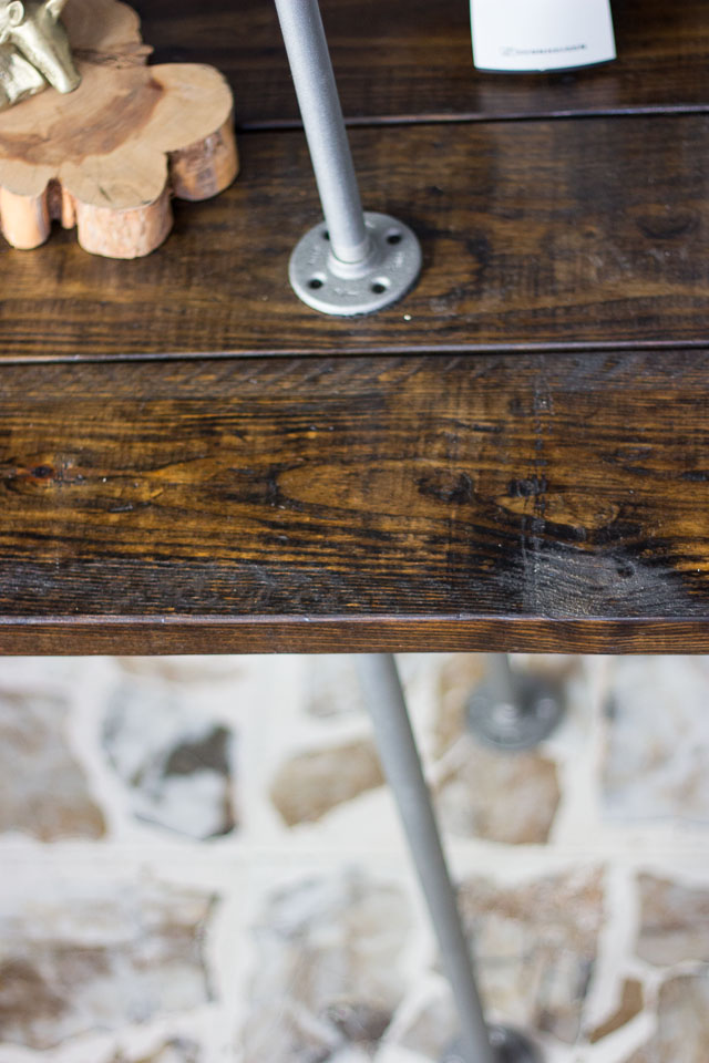 Super helpful tips and tricks for building industrial pipe and wood shelves    http://www.designimprovised.com