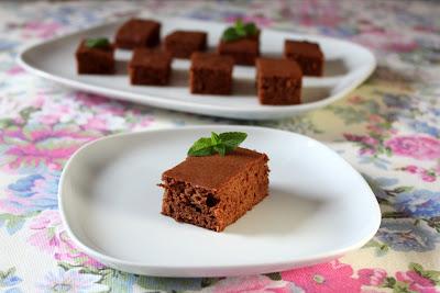 Delikatne ciasto czekoladowe (Bajeczne smaki)