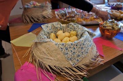 Decoração de festa junina com chapéu e bandeirinhas